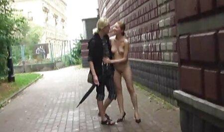 دختر ناز با ران ضخیم بازی می کند فیلم های نیمه سکسی با بیدمشک او