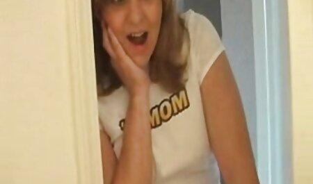 زیبا, دختر می شود دست خود را بر روی دیک ضخیم فیلم های نیمه سکسی